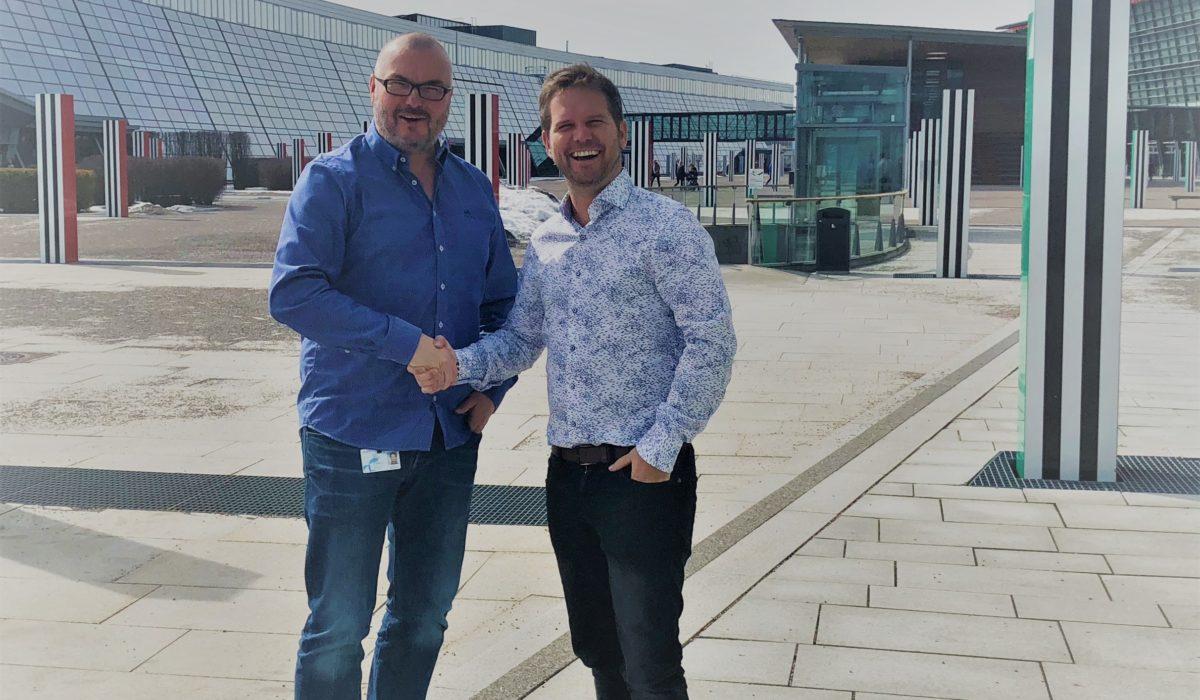 Knut Nystedt  fra Maskineriet smiler fornøyd når Harry Hoel fra Telenor bekrefter samarbeidet